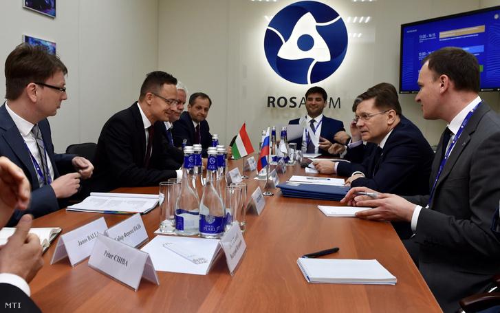Szijjártó Péter külgazdasági és külügyminiszter (b2) és a Roszatom orosz állami atomenergetikai konszern vezérigazgatója Alekszej Lihacsov (j2) találkozója a Szentpéterváron rendezett nemzetközi gazdasági fórum keretében 2017. június 1-jén.