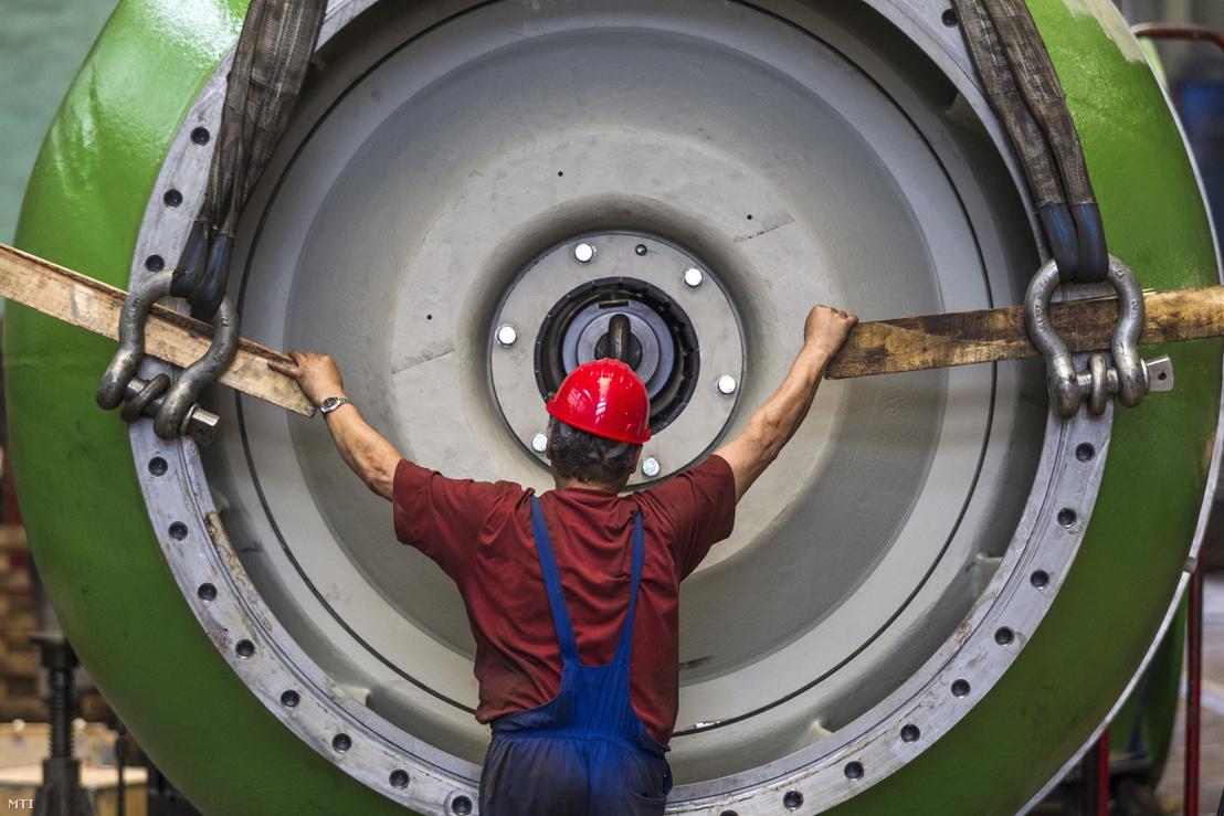 A Ganz EEG a Roszatom orosz atomenergetikai konszern magyarországi leányvállalata egyik dolgozója az új novovoronyezsi atomerőmű számára készült négy nagy teljesítményű hűtővízszivattyú végszerelését végzi Budapesten 2016. június 15-én.