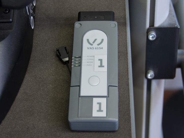 Ez a jármű kommunikációs interfésze, ezt kell a 16 pólusú szabványos OBD csatlakozóba dugni