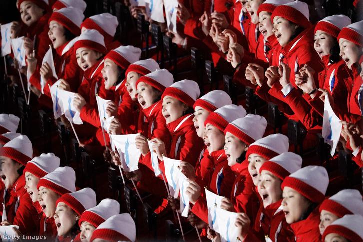 Az észak-koreai szurkolókórus február 9-én a téli olimpián
