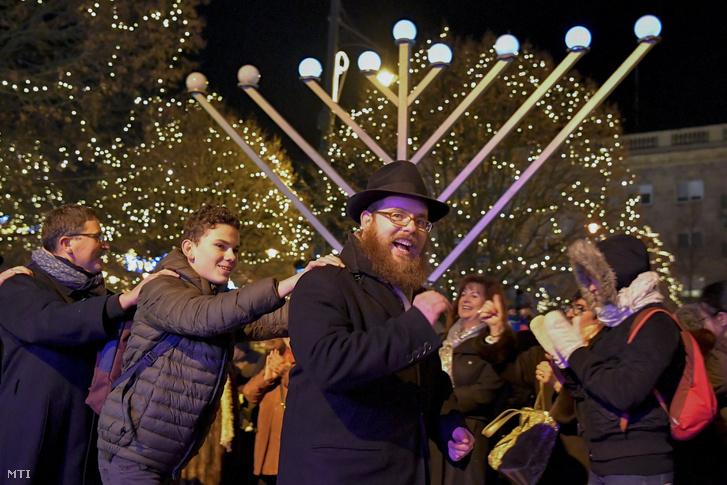 Köves Slomó az Egységes Magyarországi Izraelita Hitközség (EMIH) vezető rabbija (elöl) a nyolcnapos zsidó vallási ünnep a hanuka hatodik napján tartott ünnepségen 2017. december 17-én