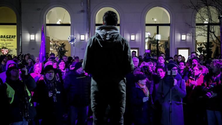Kemény helyzet, gyér közönség volt a Momentum Elios-tüntetésén