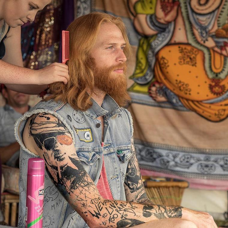 Mostanában pedig, mikor nem ruhákat reklámoz, akkor szívesen adnak el vele haj -és szakállápoló termékeket