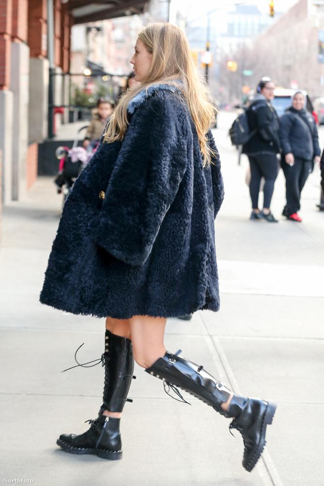 Blake Livelyt ebben a kabát-csizma kombóban fotózták a napokban New York valamelyik utcáján.