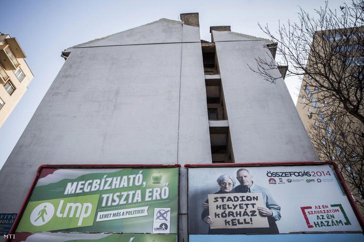 A Lehet Más a Politika és az ellenzéki összefogás országgyűlési választási plakátja Budapesten a Hungária körúton 2014. április 1-jén.