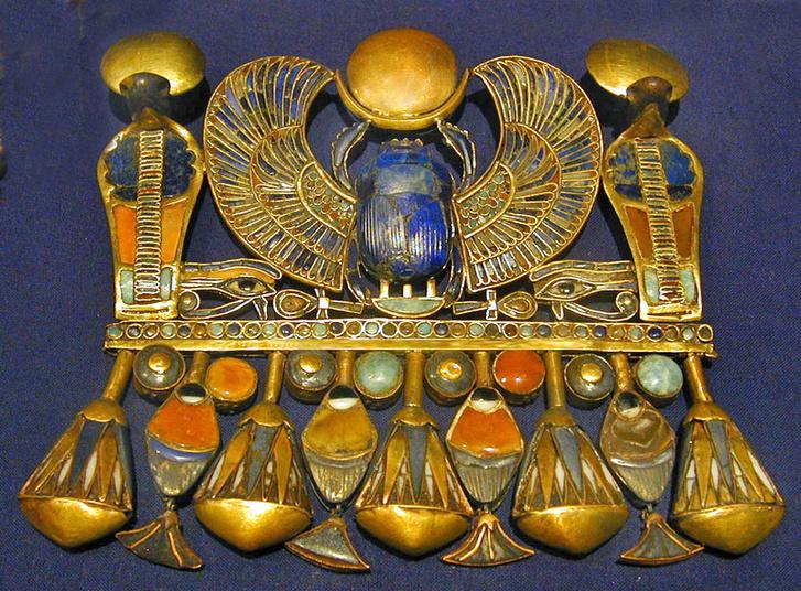 Tutanhamon szárnyas szkarabeusza féldrágakövekkel díszítve