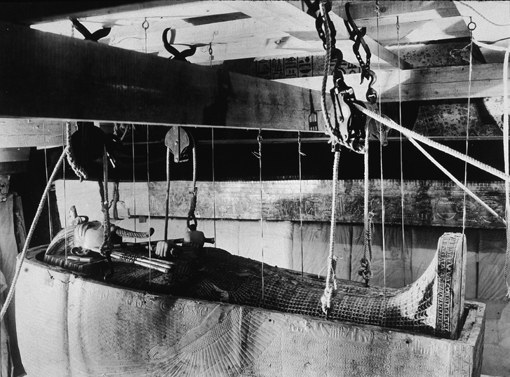 Az arany koporsót kötelek és csigák segítségével eresztik le, az arany szarkofágot pedig megemelik a feltárásakor                         Tutanhamon sírjának feltárasakor 1923.