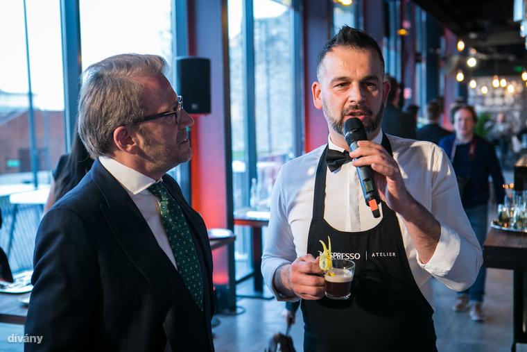 Schiffer Miklós stílustanácsadó volt a nap egyik házigazdája, itt épp Nagy Zoltánt, a Boutiq' Bar tulajdonosát faggatja kávés koktéljáról, az Espresso Daisy-ről.