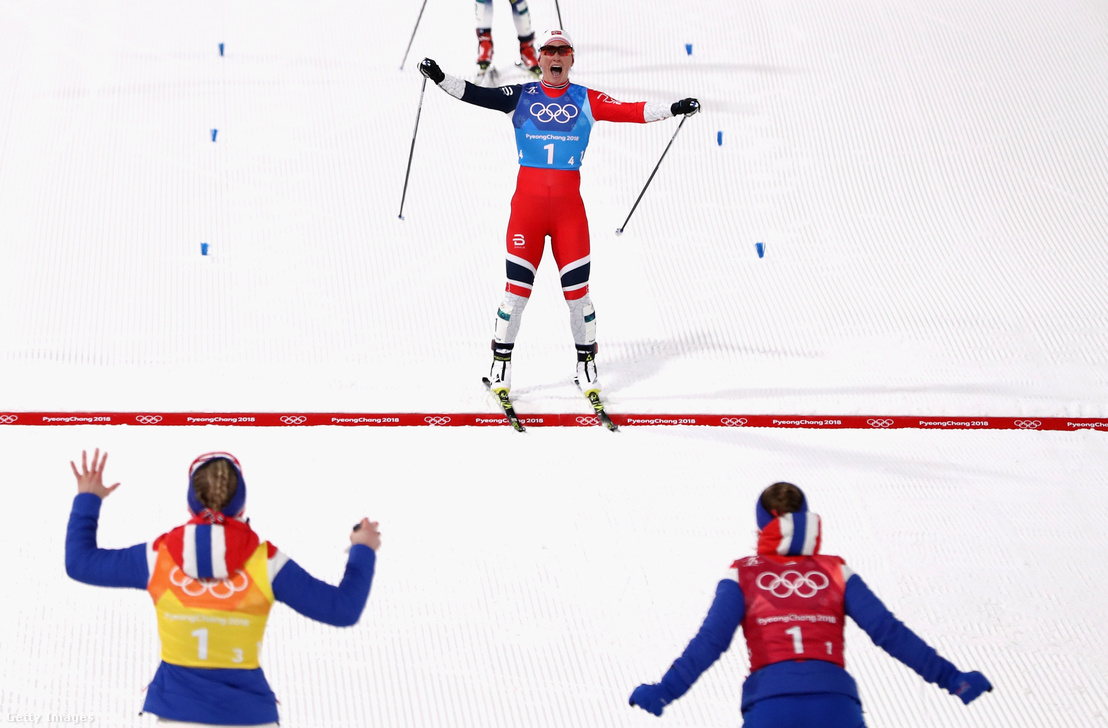 A norvég Marit Björgen ünnepli az aranyérmet a női 4x5 km sífutóváltóban
