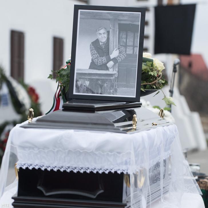 Kallós Zoltán Kossuth-nagydíjas néprajzkutató népzenegyűjtő koporsója a búcsúztatásán a válaszúti Kallós Kúrián 2018. február 17-én.