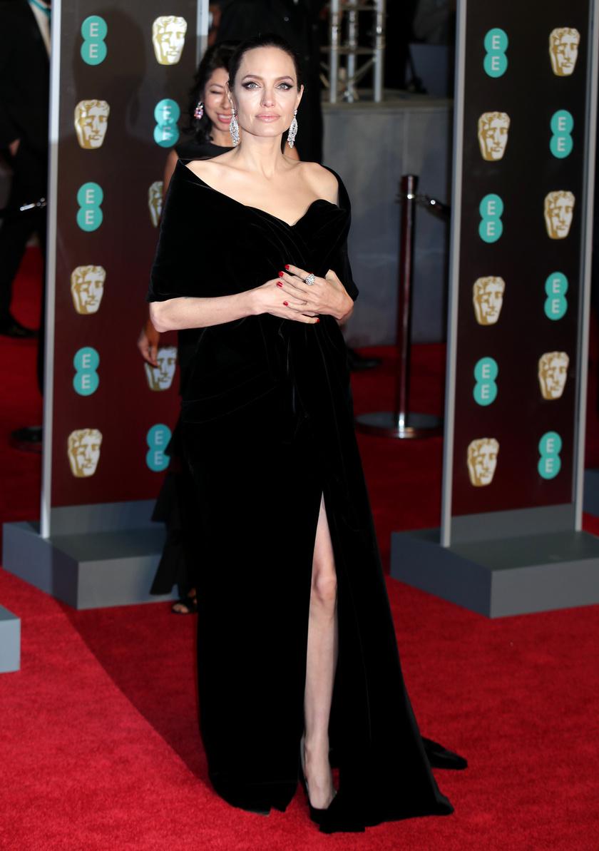 Angelina Jolie hasonló Ralph & Russo ruhát választott, mint az elhíresült Oscar-estélyije - ezúttal azért jóval kevesebbet villantott a hosszú combjaiból.