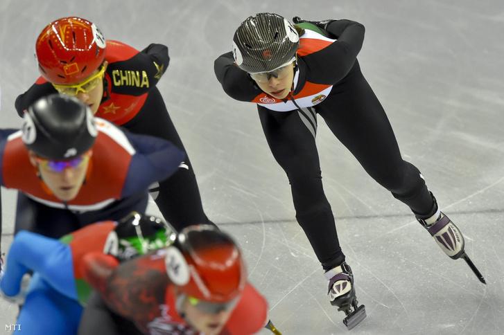 Jászapáti Petra (j) a rövidpályás gyorskorcsolyaverseny női 1500 méteres táv döntőjében a phjongcshangi téli olimpián a Kangnung Jégcsarnokban 2018. február 17-én.