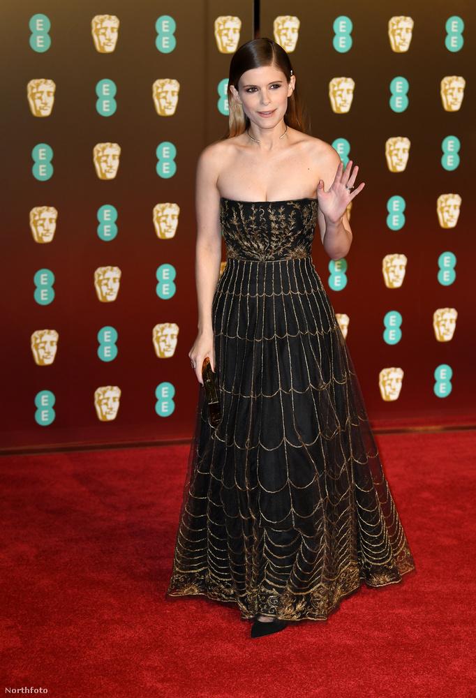 Kate Mara is megtalálta azt a fekete ruhát, ami piszok jól áll neki.