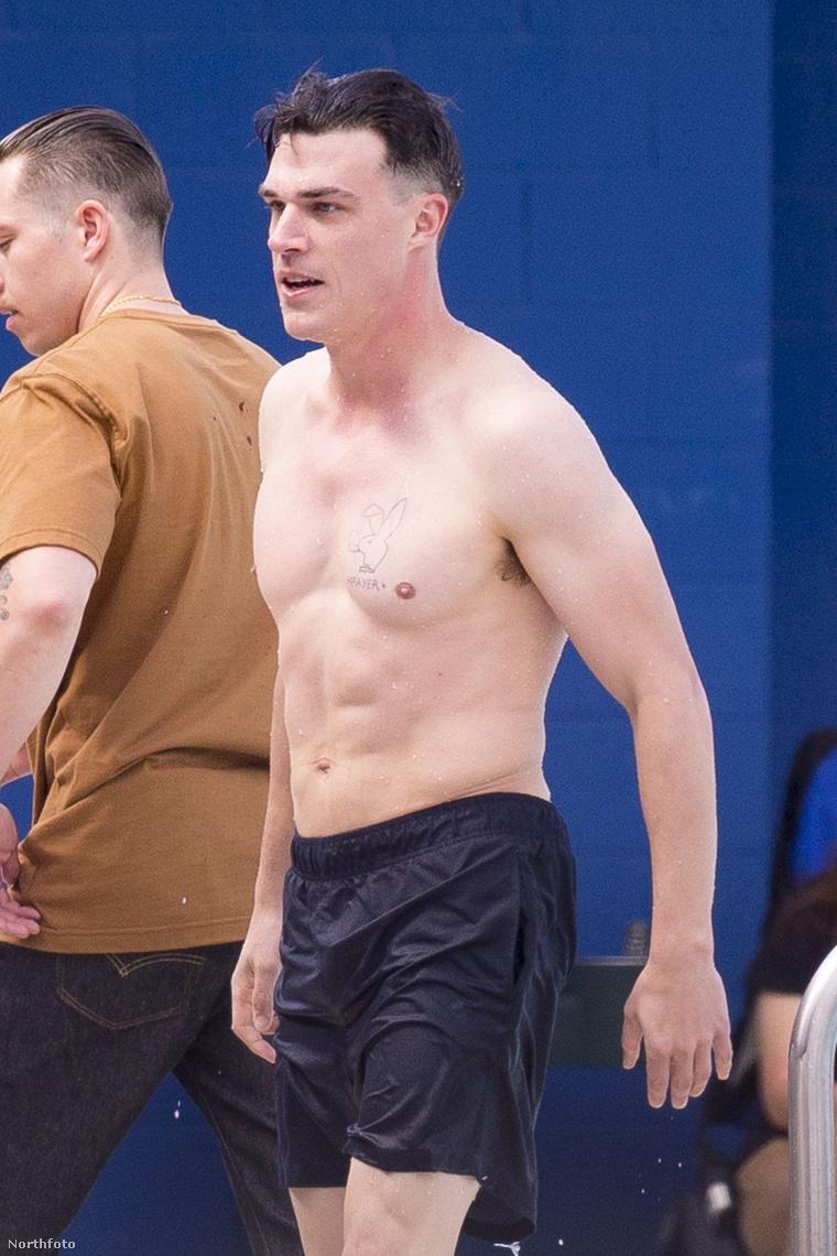 Ő Finn Wittrock. Mármint a fürdőgatyás férfi, nem a pólós, aki pont megy ki a képből a bal szélen.