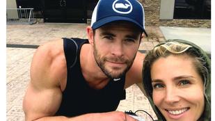Chris Hemsworth magyar származású felesége megküzdött egy kígyóval
