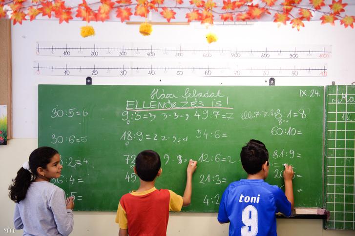 Diákok feladatot oldanak meg matematikaórán a sziráki Teleki József Általános Iskola és Szakiskolában.