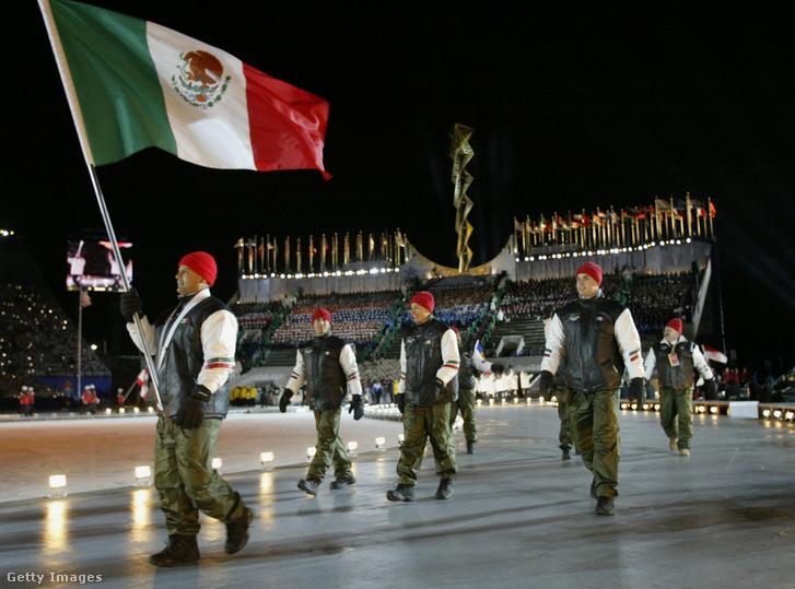 Roberto Tames, a mexikói csapat zászlóvivője a 2002-es téli olimpián Salt Lake Cityben