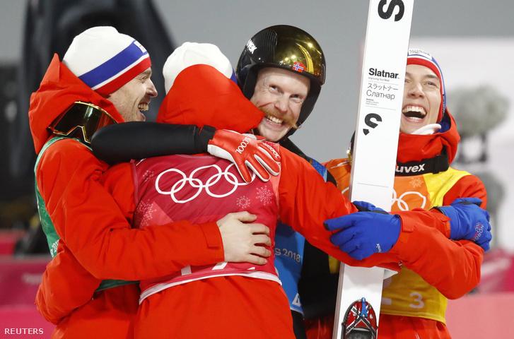 Daniel Andre, Tande Andreas, Stjernen Johann, Andre Forfang és Robert Johansson a norvég csapat tagjai örülnek az aranyéremnek