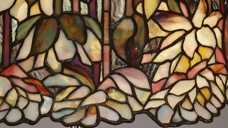 Tavirózsák Tiffany egyik leghíresebb lámpájának búráján