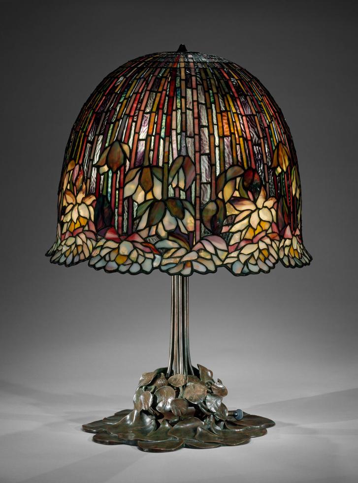 Lámp (1904-15) A vízililiom- lámpa egyike Tiffany legsikeresebb termékeinek. A talapzat bronz liliomlevelei felfelé vezetik a szemet a búra irányába, amelyet a vastag szirmú tündérrózsák kereteznek.