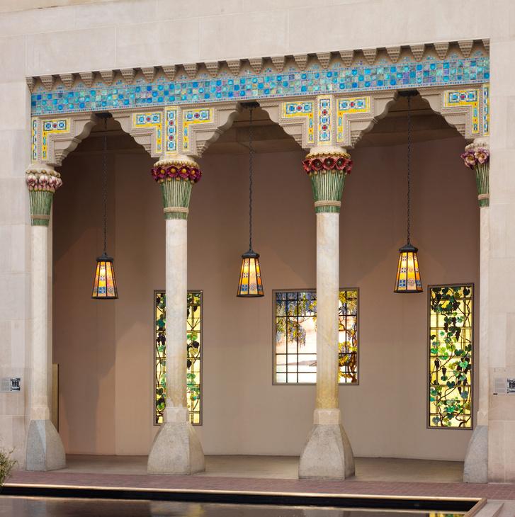 Laurelton Hall volt Tiffany sokoldalú karrierjének megkoronázása. A Louis C. Tiffany Alapítvány 1918-as megalapítása után nyaranta művészeknek szerveztek itt residens programokat. 1957 sajnos az épület tűz martaléka lett. Az épület néhány volt csak megmenthető, például ez a loggia.