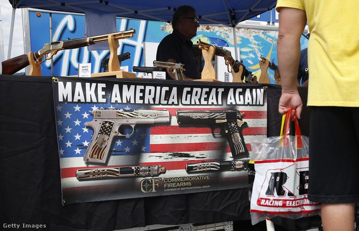 Egy stand a National Rifle Association által szervezett fegyverbemutatón, a NASCAR bristoli futamán