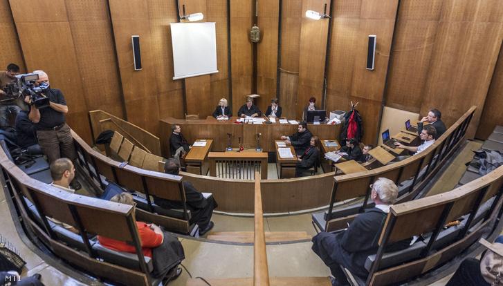 Katonáné Gombos Ilona bíró (k) a Hungária Értékpapír Zrt. ellen különösen jelentős értékre elkövetett sikkasztás bűntette és más bűncselekmények vádjával indult per első tárgyalási napján a Budapest Környéki Törvényszéken 2016. október 26-án.