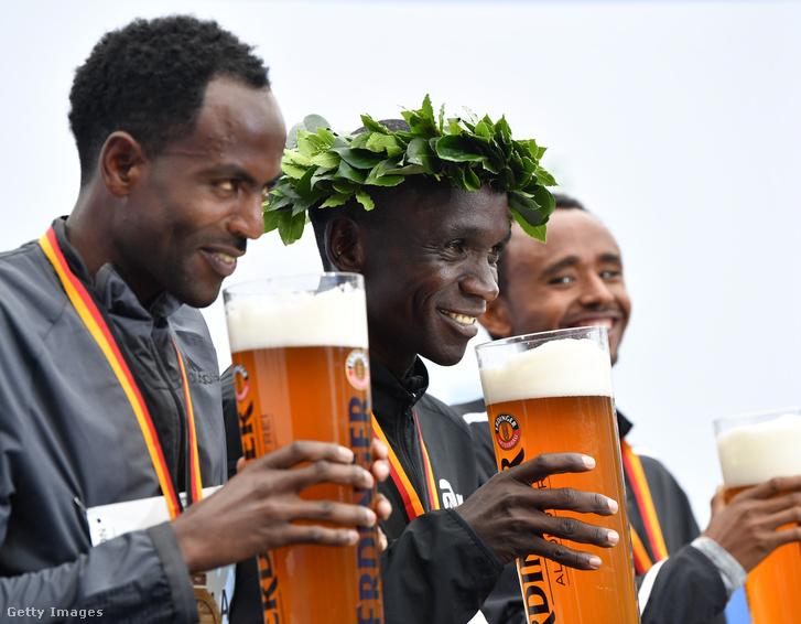 Adola Guye (jobb szélen) nem merte meginni a 2017-es berlini maraton második helyezettjeként kapott, hatalmas korsó alkoholmentes sört, mert félt, hogy alkohol van benne