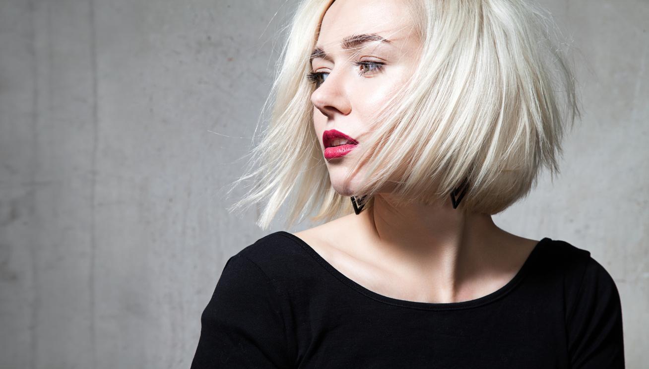 rövid hajú lány