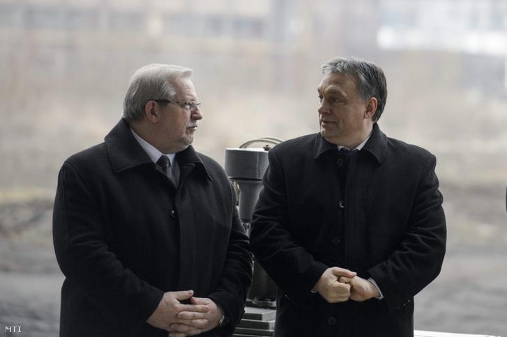 Orbán Viktor miniszterelnök (j) és Tamás Barnabás Putnok város polgármestere a Nemzeti Kulturális Dokumentációs Logisztikai Központ alapkövének lerakása alkalmából rendezett ünnepségen az Ózdi Ipari Parkban az egykori kohászati üzemben 2014. február 27-én.