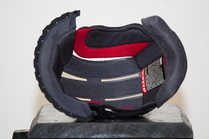 A sisakhoz adott zsákba helyezve mosógépben is mosható a párnázat