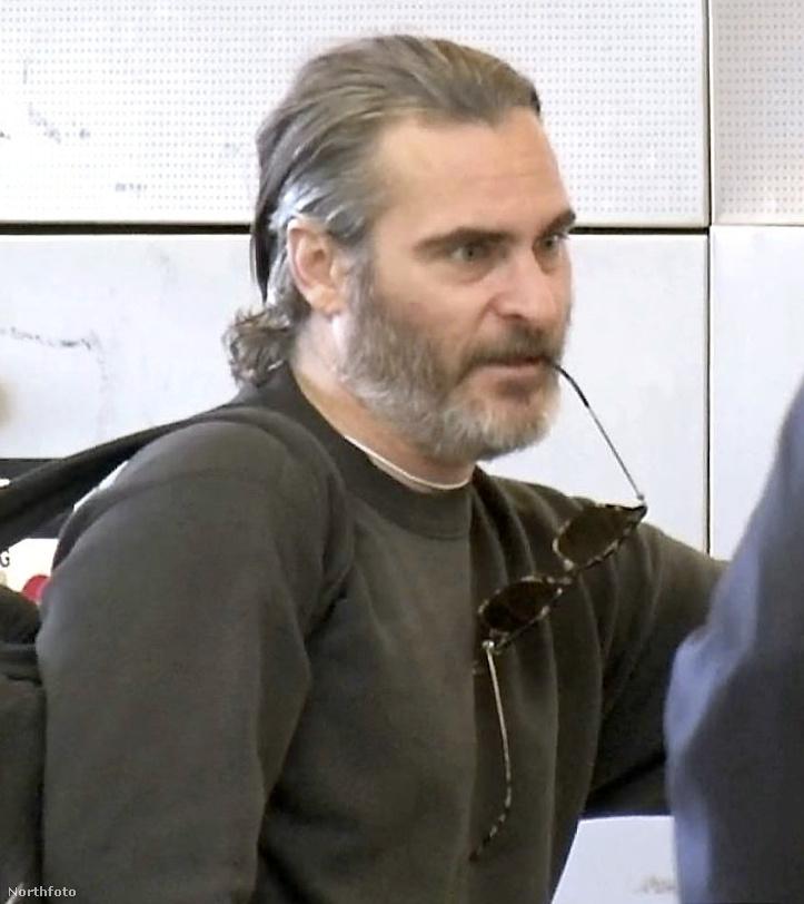 Soha semmi nem volt még ennyire PRÉMIUM EXKLUZÍV,                         mint ez a Joaquin Phoenixről készült fotó, ami hibátlanul dokumentálja az esetet, hogy a színész szájából kifittyenő törött napszemüvegét egy vérbeli házi barkács megoldás, meg talán a szent lélek tartja egyben.