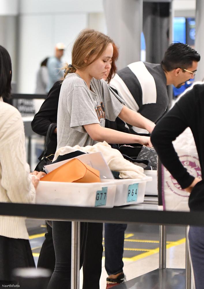 Újfent hibátlan fotósorozat arról a Halley-üstökös feltűnésénél is ritkább eseményről, amikor Johnny Depp lánya, Lilly Rose Depp kora reggel megérkezik a Los Angeles-i repülőtérre.
