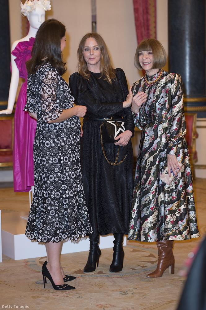 Katalin hercegné ehhez képest elég háziasszonyosnak néz ki még akkor is, amikor Stella McCartney tervezővel és Anna Wintour magazinfőszerkesztő-legendával beszélget