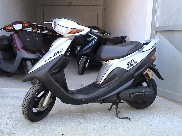 Yamaha Jog ZR:                         A Jog sportváltozatának hiába hitványabb a váza, mint a nagyon hasonló felépítésű Honda Dio ZX-é, mégiscsak ilyennel nyerték meg kétszer a Totalbike24-et, ráadásul a fekvőhengeres, levegős Minarelli blokk felújítása sokkal simább és olcsóbb történet