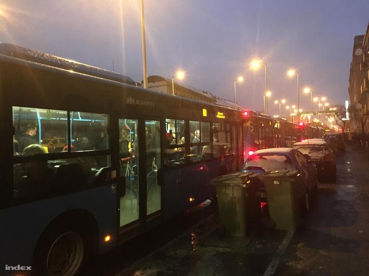 A Lehel tér után feltorlódtak a metrópótló buszok is, volt, amelyik kinyitotta az ajtót 22 perc várakozás után