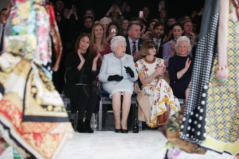 Vagy lehet, hogy csak a királyi etikett tiltja neki a tapsolást?