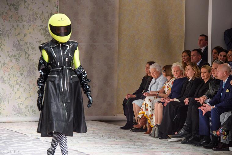 Egyébként Richard Quinn tervezőt érte az a megtiszteltetés, hogy a királynő megtekintette a divatbemutatóját.