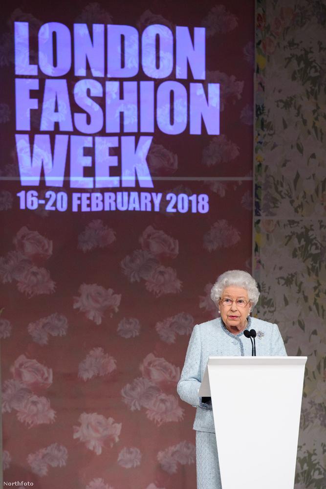 Tegnap ért véget a londoni divathét, és ebben a szezonban az ország lehető legmagasabb rangú személye is ellátogatott az eseményre: maga a királynő!