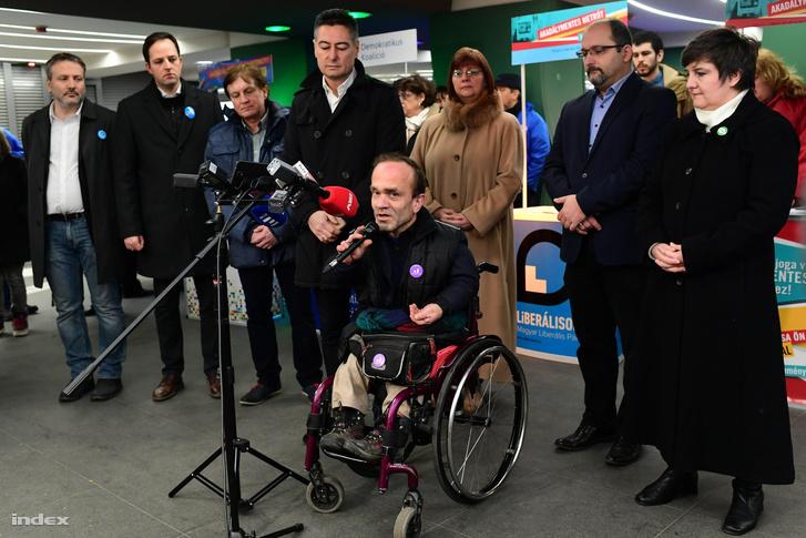 A 3-as metró akadálymentesítéséről szóló népszavazás kezdeményezője, az MSZP fővárosi képviselője, Horváth Csaba és az aláírásgyűjtéshez csatlakozott pártok (DK, Együtt, LMP, Momentum, Párbeszéd, MLP és Moma) képviselői 2018. február 5-én tartott sajtótájékoztatón