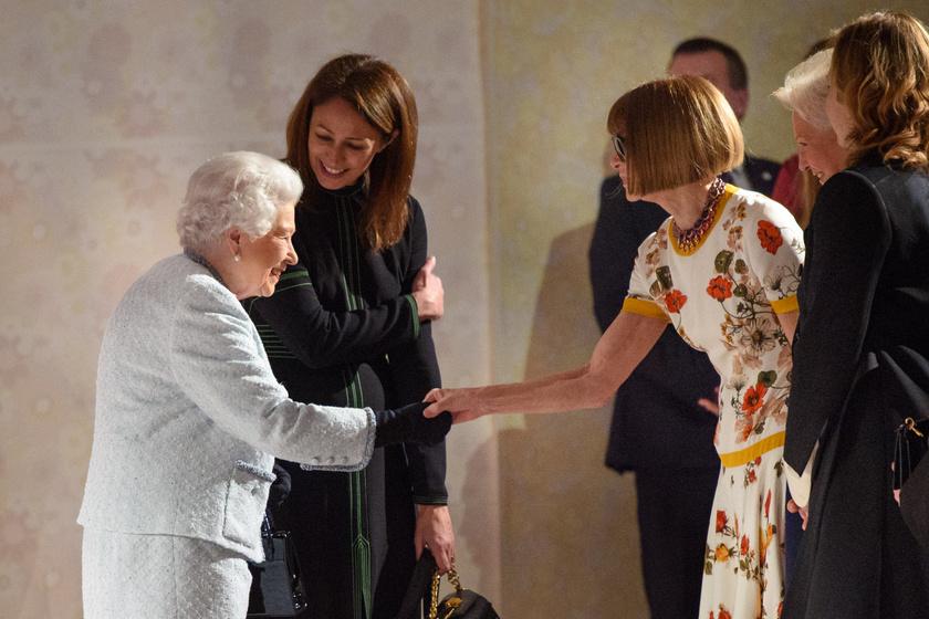 A királynő nagyon örült, hogy megismerhette a divatvilág két nagyasszonyát.