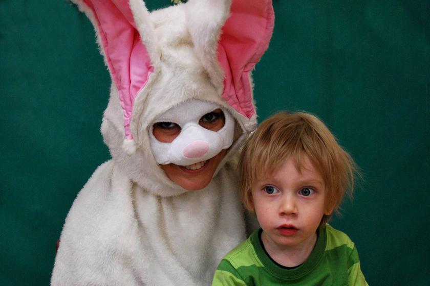 A kisfiú talán még nem is vette észre, milyen ijesztő lény bujkál a háta mögött.