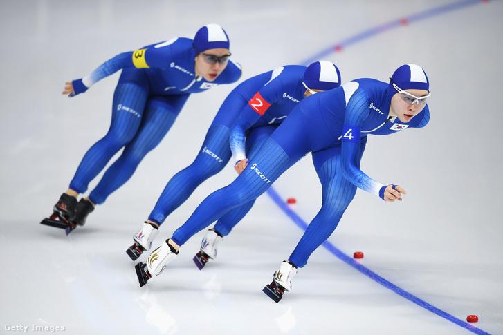 A dél-koreai női gyorskorcsolyázók az 500 méteres üldözéses csapatversenyben