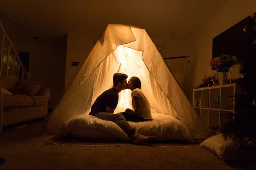 Különleges és igazán meghitt ötlet volt egy kiskorukra emlékeztető, romantikus búvóhelyen megkérni a szerelme kezét. A kép elkészítésében az elrejtett mobil volt a segítségére.