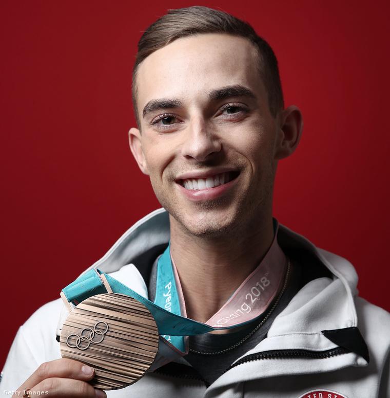 A fenti borítóképen Sally Field és fia láthatóak, ezen a képen Adam Rippon mutatja az érmét.