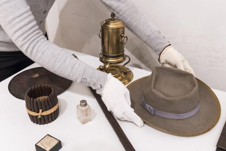 Arany János kalapját helyezik el egy tárlóban mellette az Arany-család kávéfõzõje Arany János bõrtálcája és szivartartója üvegcséje és a költõ halotti hajtincsét és korábban kihúzott fogát tartalmazó doboz a budapesti Petõfi Irodalmi Múzeumban. A restaurált 25 tárgy között bútorok és személyes használati tárgyak találhatóak valamint Barabás Miklós 1856-ban festett Arany János portréja.
