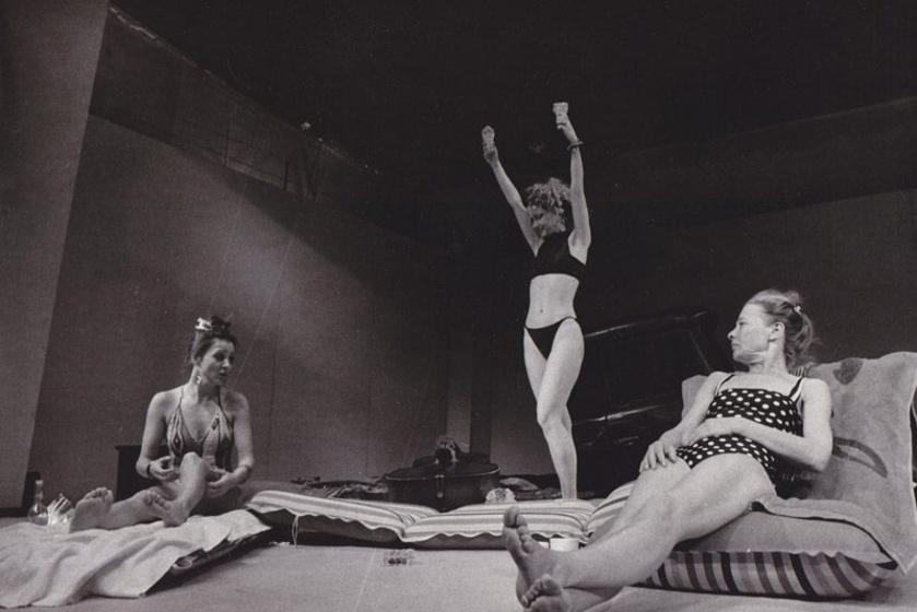 A felvétel 1988-ból való, balra Pap Vera, tőle jobbra Eszenyi Enikő és Törőcsik Mari látható a Kozma című darabban.