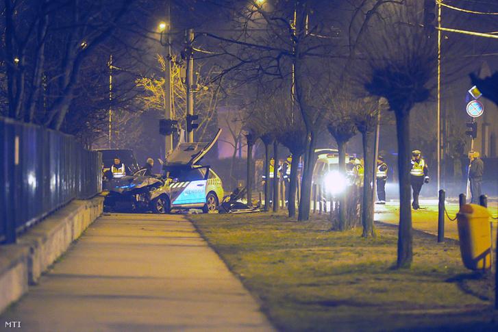 Ütközésben összetört rendőrautó a IV. kerületben a Fóti út és a Leiningen Károly utca kereszteződésében 2018. február 16-án