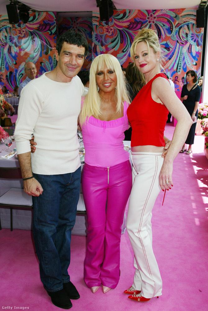 Donatella Versace tetőtől-talpig rózsaszínben pózol Antonio Banderas és Melanie Griffith között egy gyerekeket támogató jótékonysági rendezvényen 2002-ben.