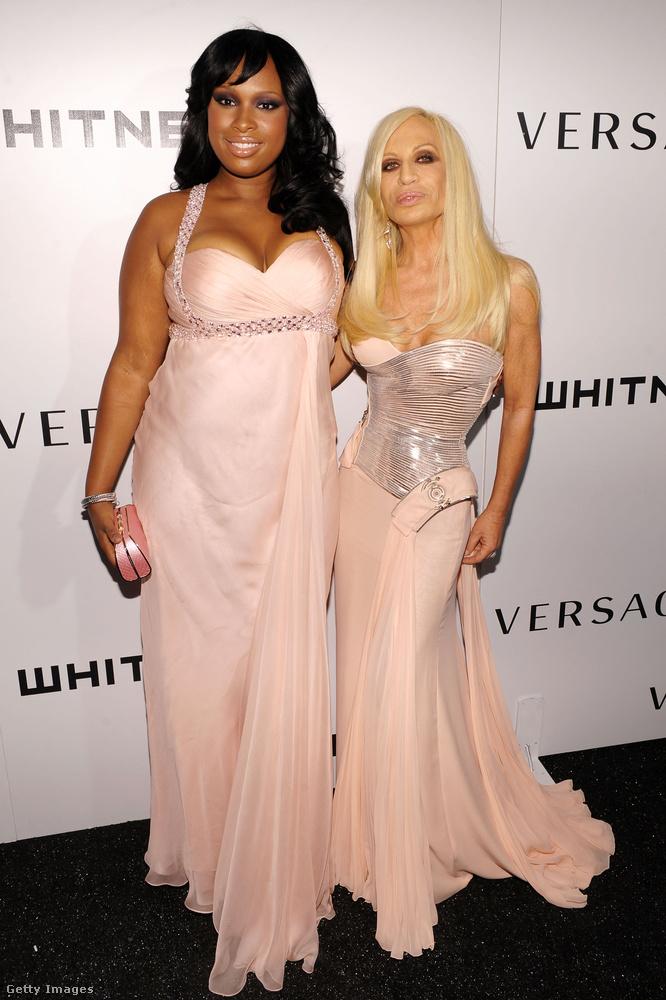A Vogue riportjából azt is megtudtuk, hogy Donatella Versace szeret magazinokat olvasni